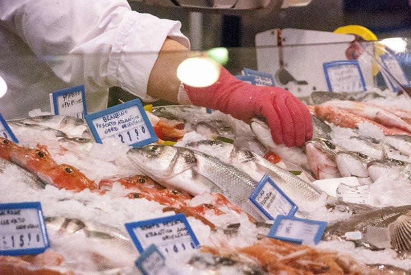 Come la crisi ti cambia i consumi: chi mangia ancora pesce?